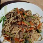 Nouilles chinoises, crevettes, poivrons et tomate façon wok